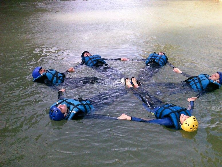 Juegos de unión durante el descenso por el río