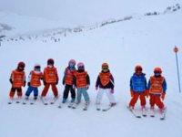 Alumnos de esqui con sus petos