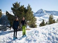 纳瓦塞拉达的雪靴中,带孩子