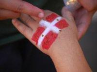 Una bandera en la mano