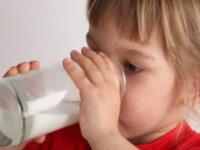 Bebiendo un vaso de leche