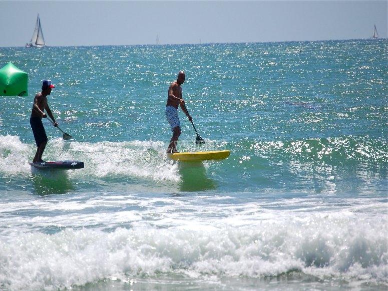 在朋友中进行桨冲浪的一天