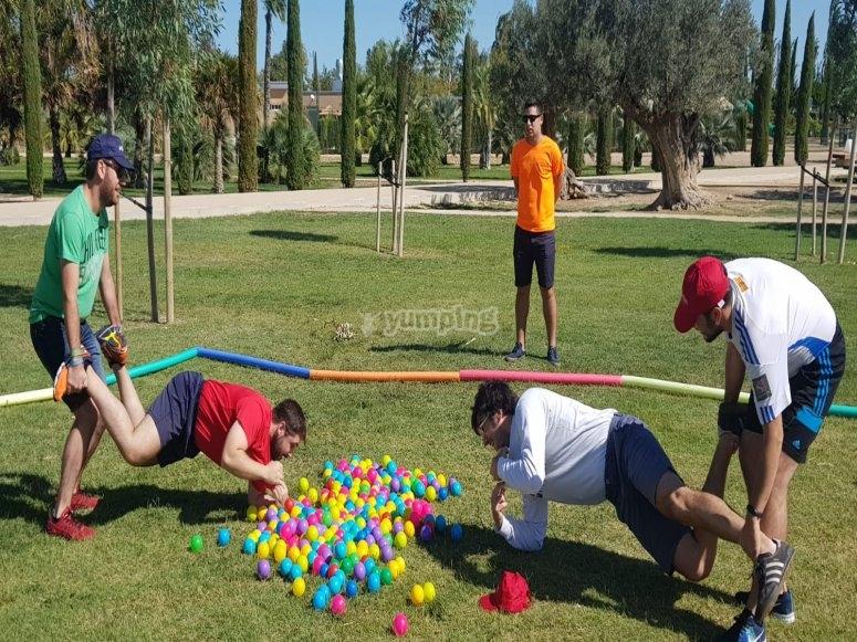 Durante la gymkana realizaremos juegos de equilibrio y destreza como este.