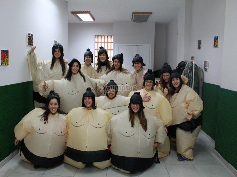Grupo con su disfraz de sumo amarillo