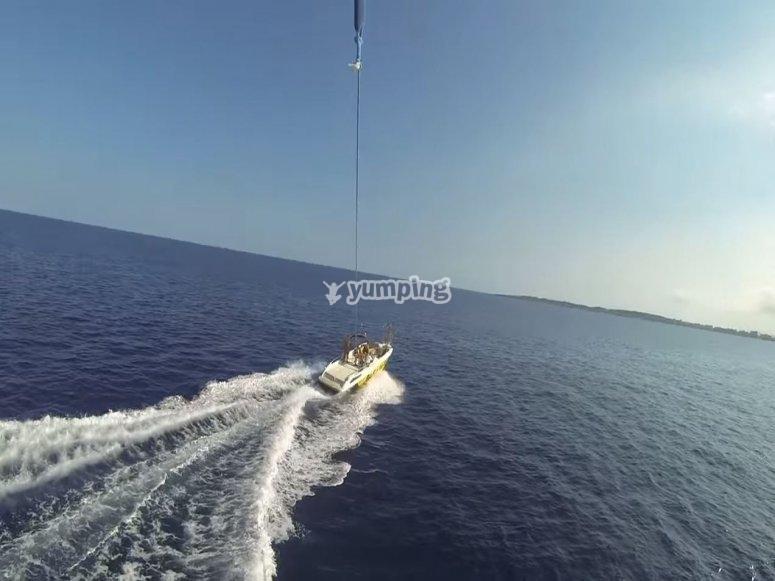 Visione del mare e della barca dal parapendio
