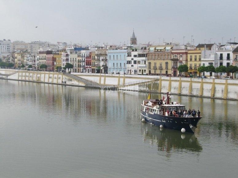 Vista de Triana desde el río Guadalquivir