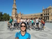 El grupo con el guía en la Plaza de España