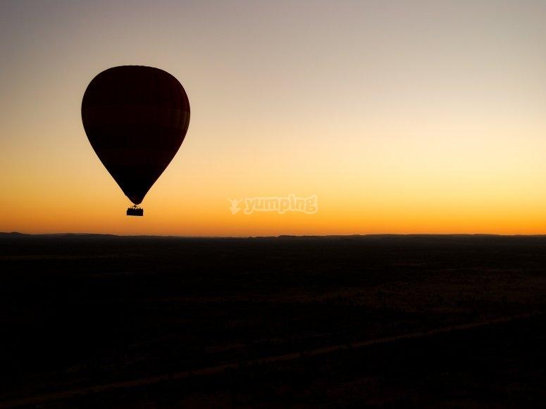 Vola al tramonto in mongolfiera