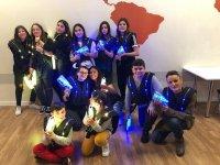 Partida de jóvenes de laser tag