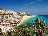 La spiaggia del comune ha acque turchesi molto suggestive