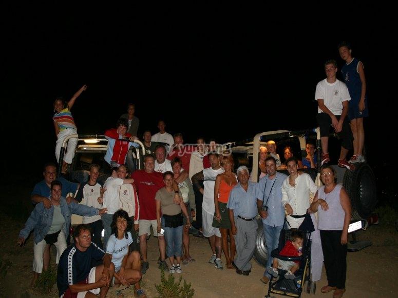 Los turistas reunidos en mitad de la noche