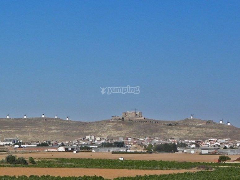 Immagine della collina con il castello di La Muela