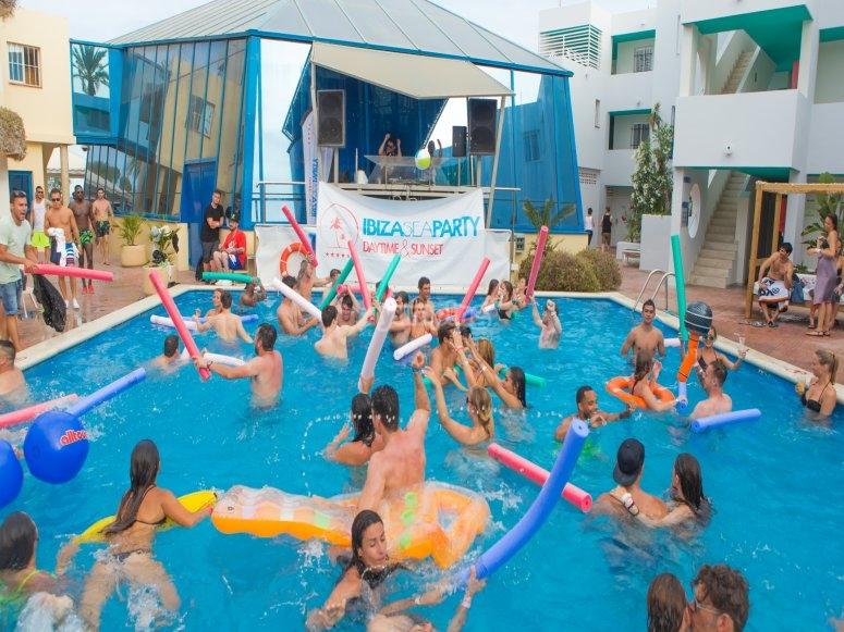 festa in piscina a ibiza