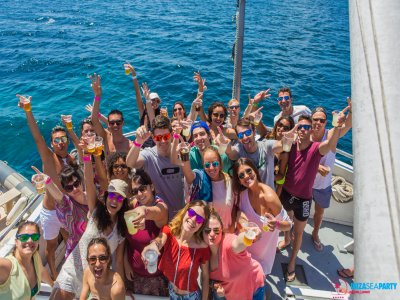 在伊维萨岛的船派对与迪斯科舞厅