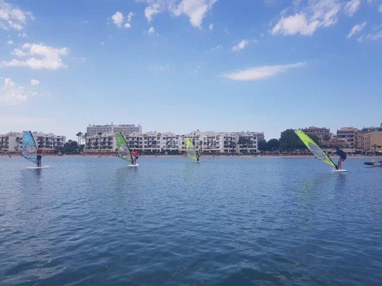 Practicaremos windsurf en una playa segura, perfecta para los principiantes