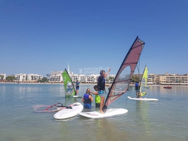 Mateniendo el equilibrio durante la clase de windsurf