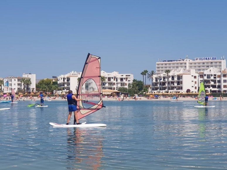 Practicando windsurf en Alcudia