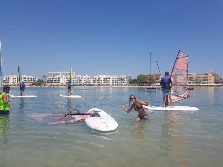 Adentrándose con el equipo de windsurf en el mar