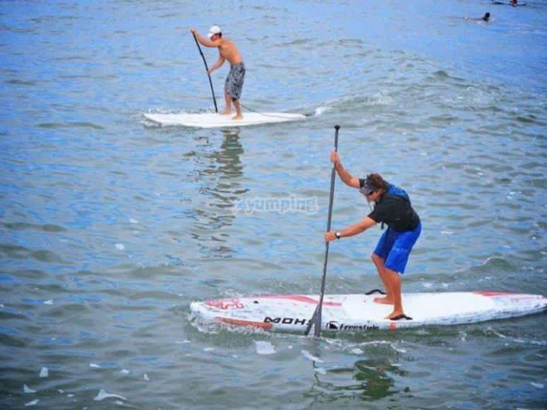 Manteniendo el equilibrio encima de las tablas de paddle surf