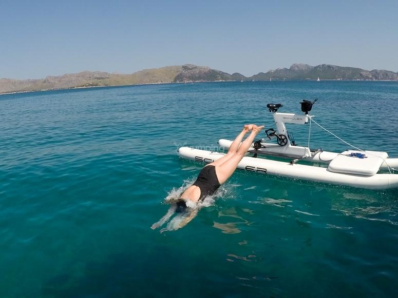 Saltando al agua desde la water bike
