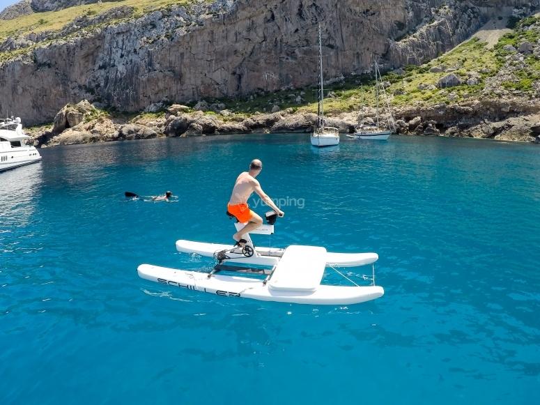 Acercándonos a la cala con la water bike
