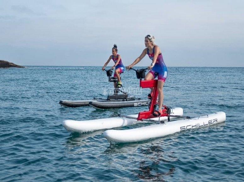 Realizando ejercicio sobre el agua con la moto