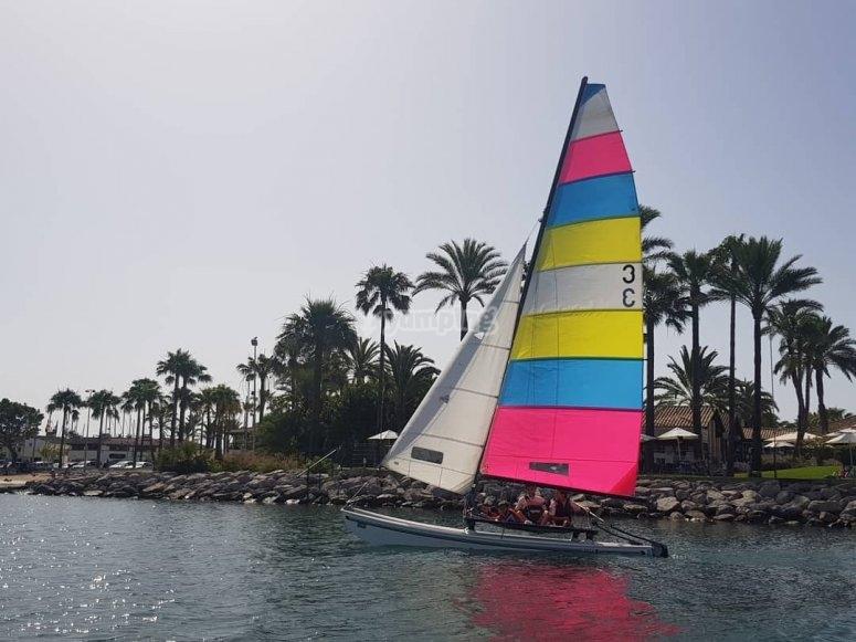 Surcando la bahía en catamarán