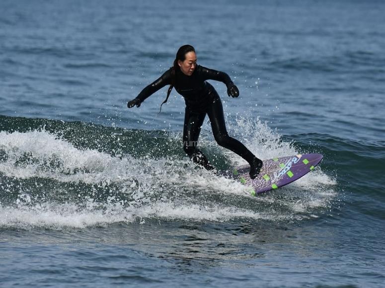 Rompiendo las olas con la tabla de surf eléctrica