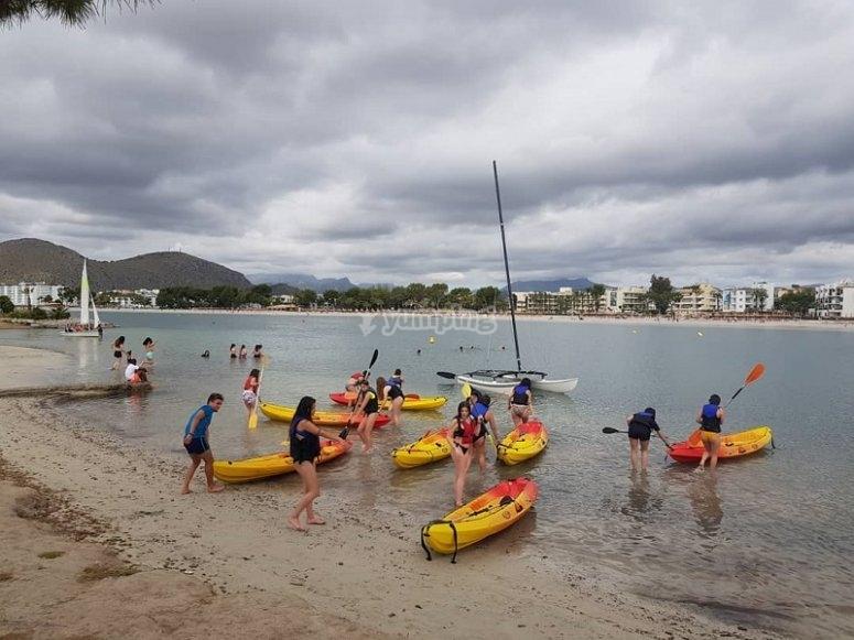 Preparados para navegar en kayak