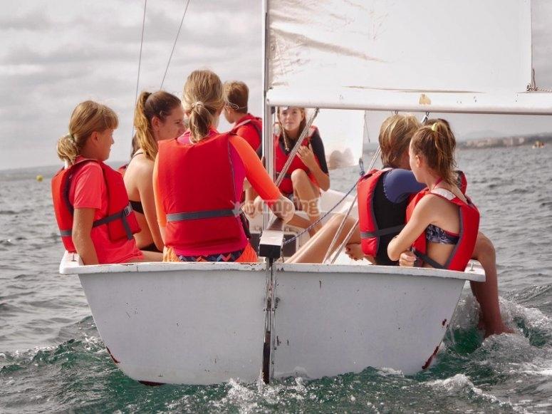 Montados en una de las embarcaciones de vela