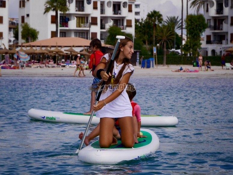 Realizando paddle surf con amigos