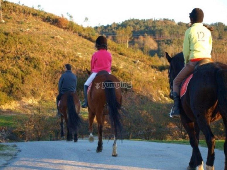 Los jinetes en la ruta por el valle