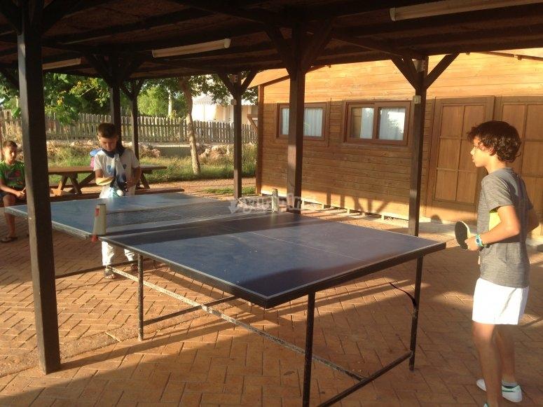 Los niños jugando al ping pong