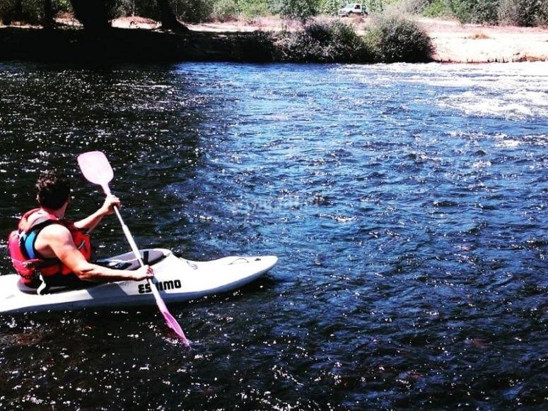 Avanzando por el agua con la pala