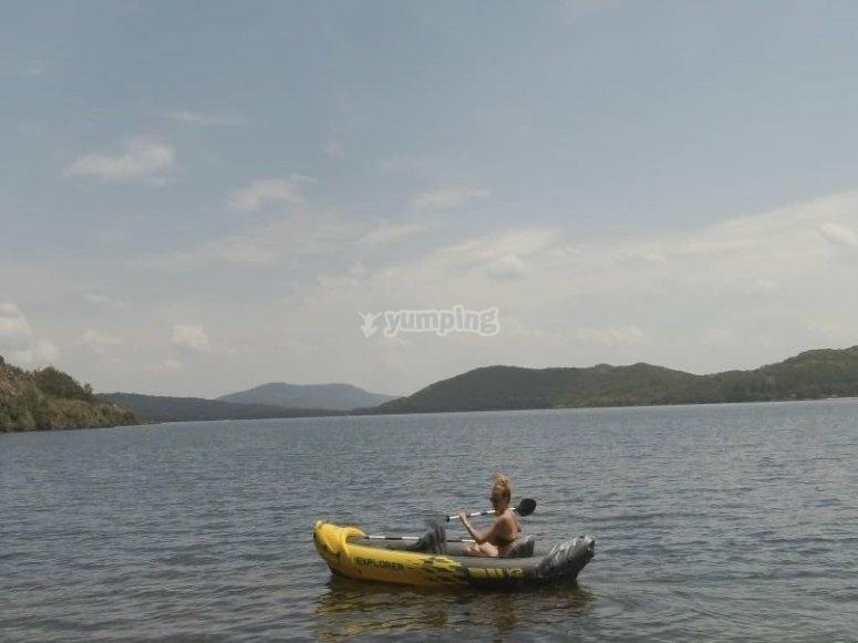 En las aguas tranquilas con la piragua