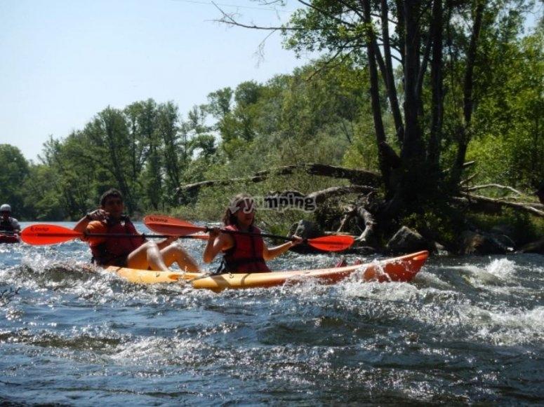 与朋友一起进行水上运动