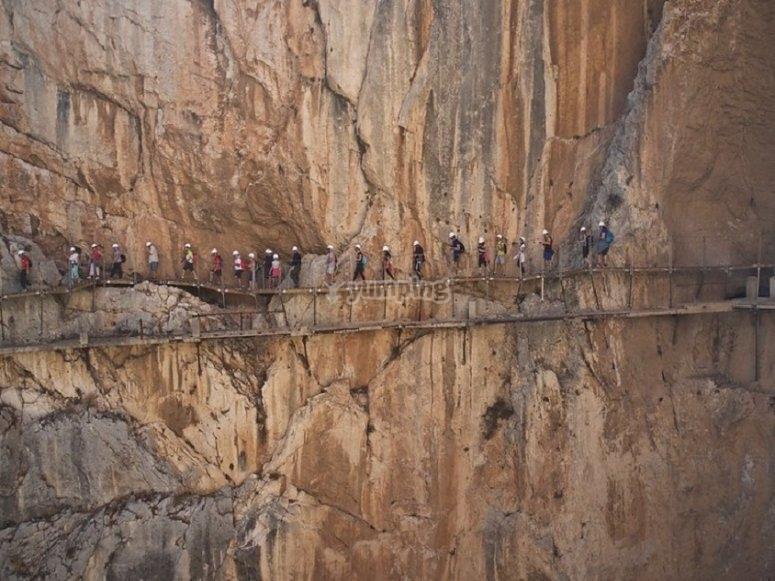 Caminando por el paso adosado a la roca