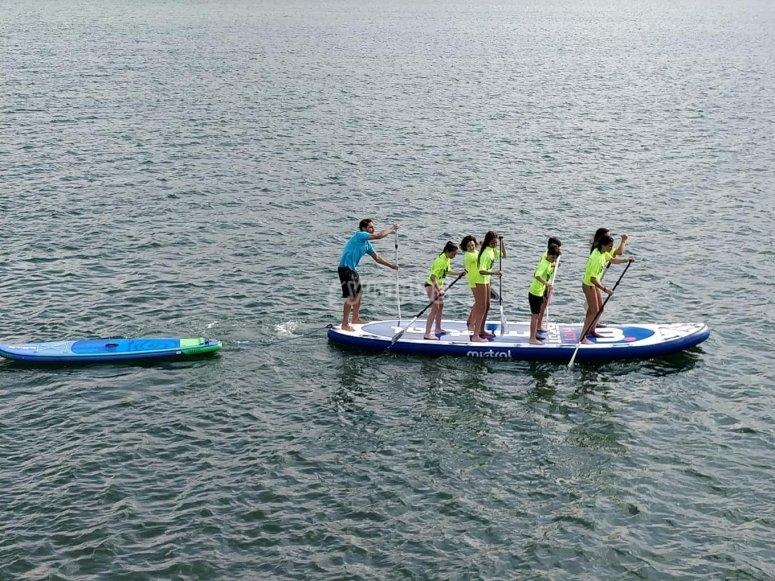Pagaiando sulla tavola da surf paddle gigante
