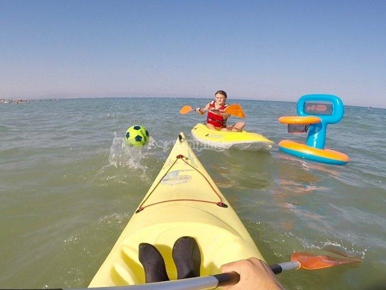 Deportes en el agua con piraguas