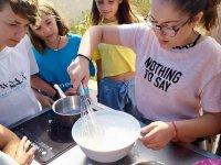 Elaborando una receta de repostería