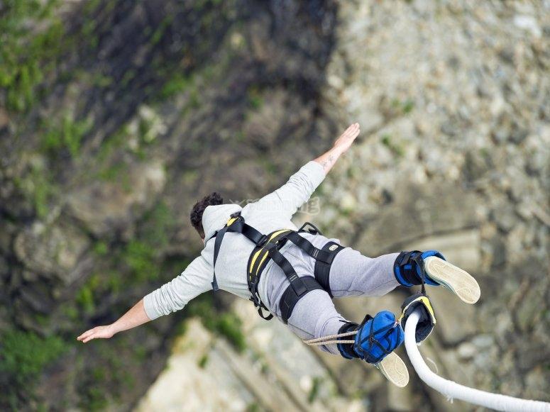 从30米高空蹦极跳