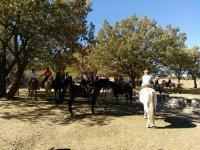 骑马通过阿瓜Vertientes山骑的El皮纳尔