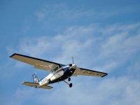 在太阳海岸上乘飞机