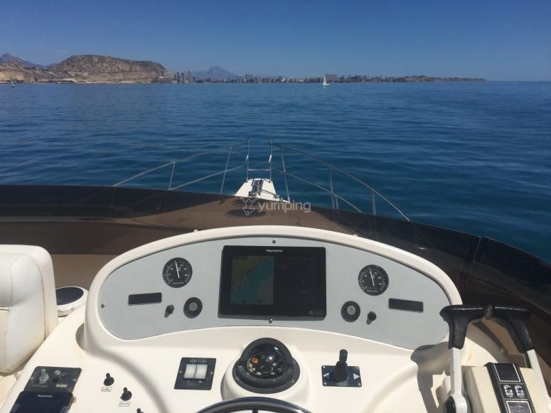 从游艇上眺望海岸