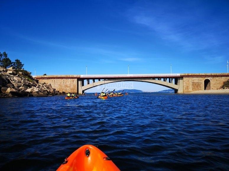 Dentro del kayak doble en el agua