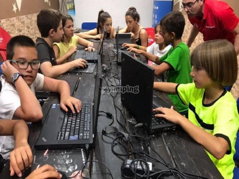 Los niños y niñas con los ordenadores