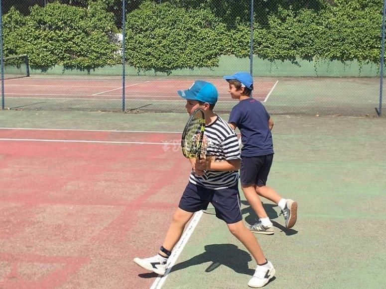 Los chicos jugando al tenis