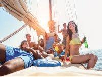 Paseo en velero con cervezas