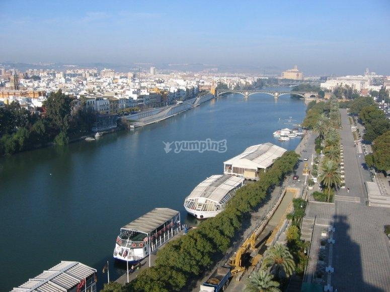 Pasea en barco por el Guadalquivir