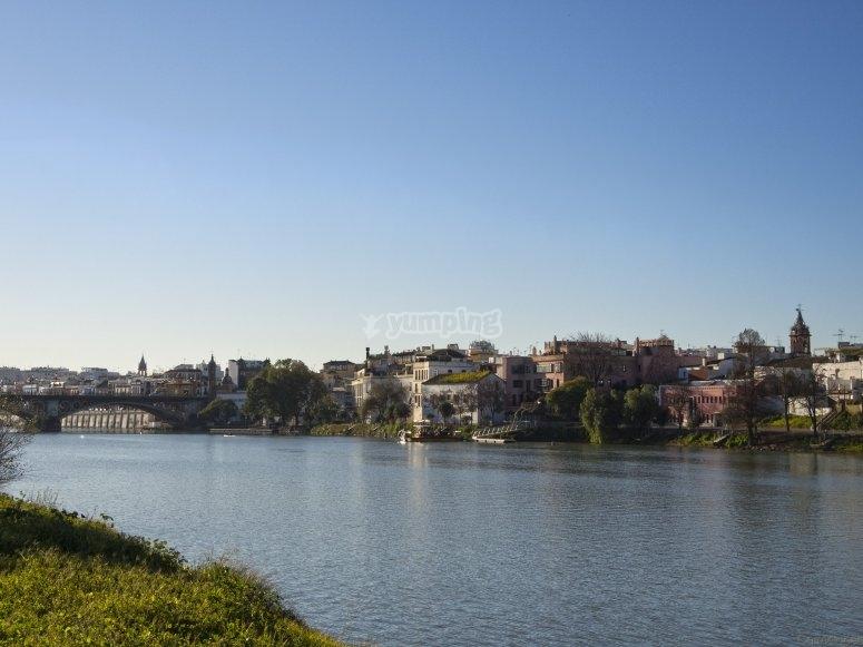 Conoce Sevilla desde un catamarán